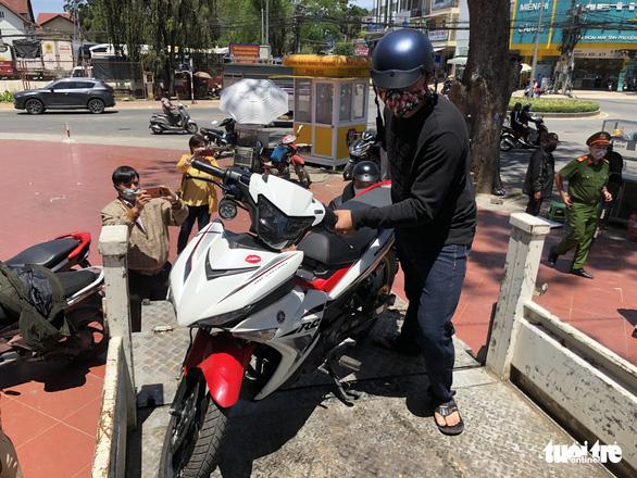Bị phạt vì không đeo khẩu trang, đạp cảnh sát giao thông rồi bỏ chạy - Ảnh 1.