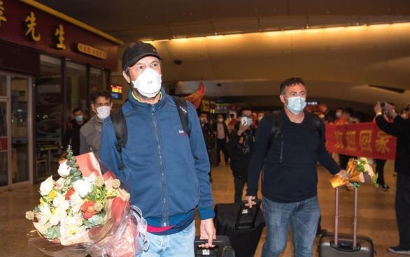Đội  bóng Vũ Hán trở về nhà sau hơn 100 ngày mắc kẹt ở nước ngoài - Ảnh 1.
