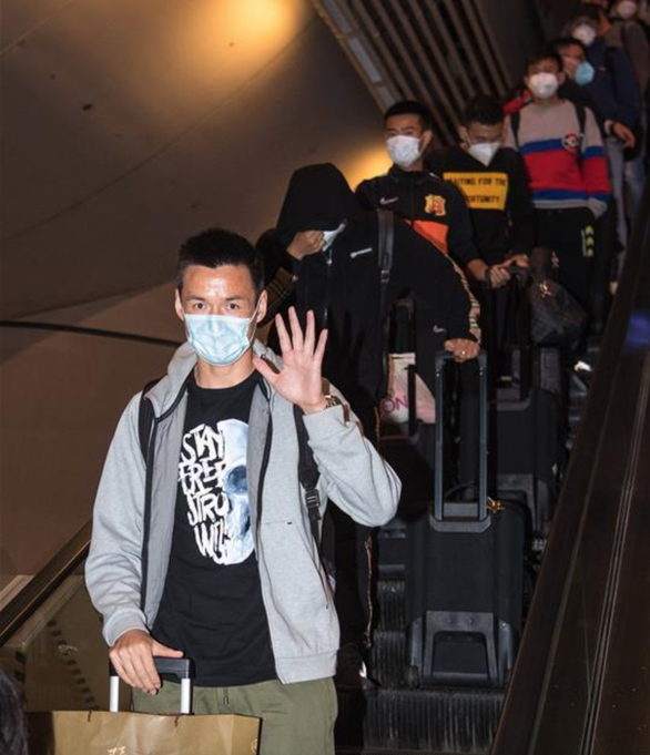 Đội  bóng Vũ Hán trở về nhà sau hơn 100 ngày mắc kẹt ở nước ngoài - Ảnh 4.
