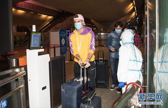 Đội  bóng Vũ Hán trở về nhà sau hơn 100 ngày mắc kẹt ở nước ngoài - Ảnh 5.