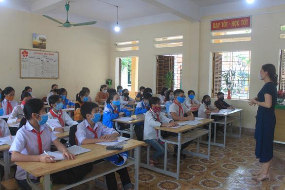 Thầy cô dậy từ 5h sáng đo thân nhiệt cho học trò kịp vào lớp - Ảnh 1.