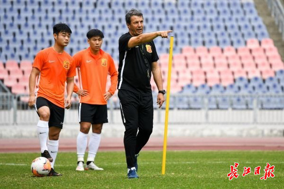 Đội  bóng Vũ Hán trở về nhà sau hơn 100 ngày mắc kẹt ở nước ngoài - Ảnh 7.