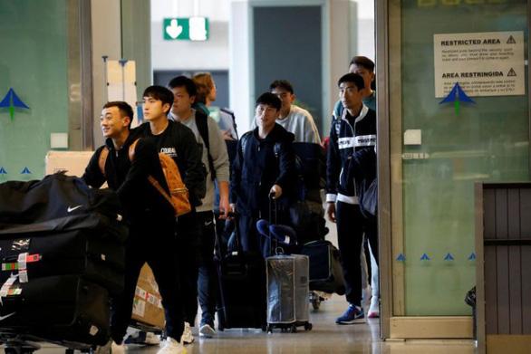 Đội  bóng Vũ Hán trở về nhà sau hơn 100 ngày mắc kẹt ở nước ngoài - Ảnh 6.