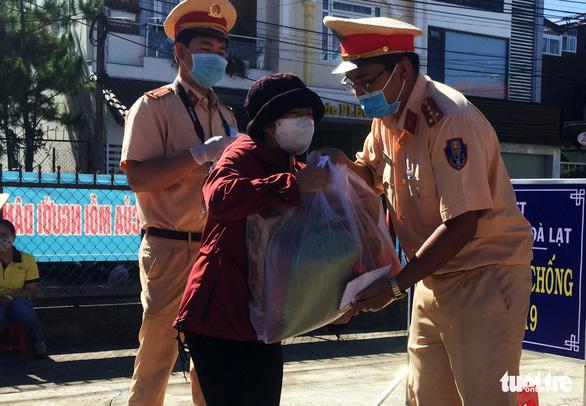 Cảnh sát mang quà đến tận nhà giúp đỡ nạn nhân tai nạn giao thông - Ảnh 2.