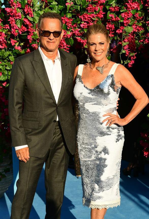 Vợ chồng Tom Hanks hiến huyết tương tạo vắc-xin chống corona - Ảnh 1.