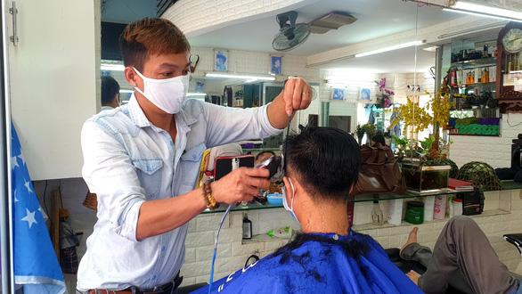 TP.HCM: Vừa hết cách ly, khách nhanh chóng đi cắt tóc, uống cà phê - Ảnh 1.