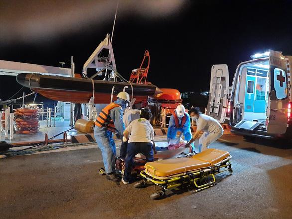 Cứu thuyền viên người nước ngoài, phải cách ly đội cứu nạn - Ảnh 1.
