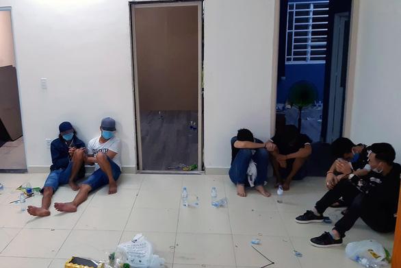22 người thuê chung cư, đóng kín cửa để đánh bạc - Ảnh 1.