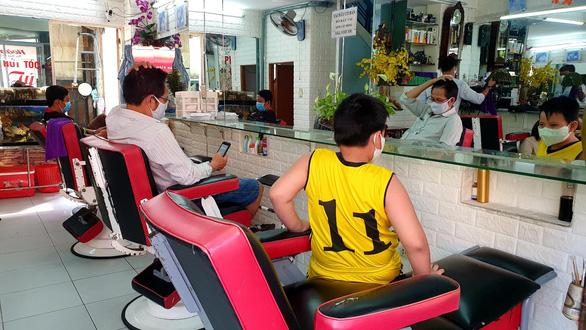 TP.HCM: Vừa hết cách ly, khách nhanh chóng đi cắt tóc, uống cà phê - Ảnh 2.