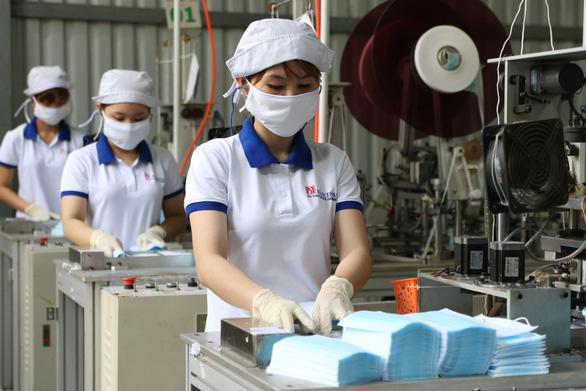 Sản xuất 13 triệu khẩu trang/ngày nhưng không xuất khẩu được vì vướng quy định - Ảnh 1.
