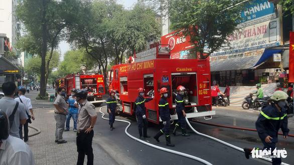 Cơ sở spa trong hẻm đường Võ Văn Tần cháy dữ dội, khói nghi ngút - Ảnh 2.