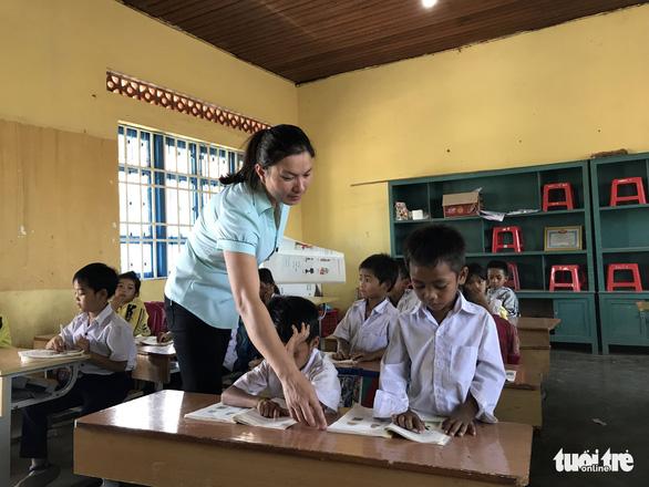 Đắk Lắk không tuyển dụng đặc cách giáo viên theo yêu cầu của Bộ Nội vụ - Ảnh 3.