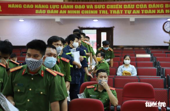 Nghe tin công an tổ chức hiến máu, người dân Đà Nẵng rủ nhau tham gia - Ảnh 4.