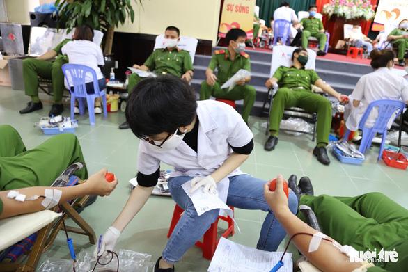 Nghe tin công an tổ chức hiến máu, người dân Đà Nẵng rủ nhau tham gia - Ảnh 6.