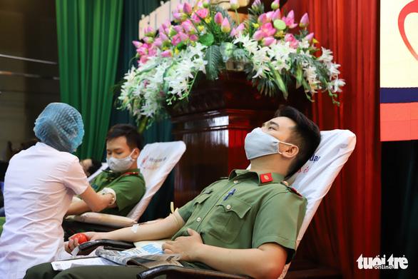 Nghe tin công an tổ chức hiến máu, người dân Đà Nẵng rủ nhau tham gia - Ảnh 1.