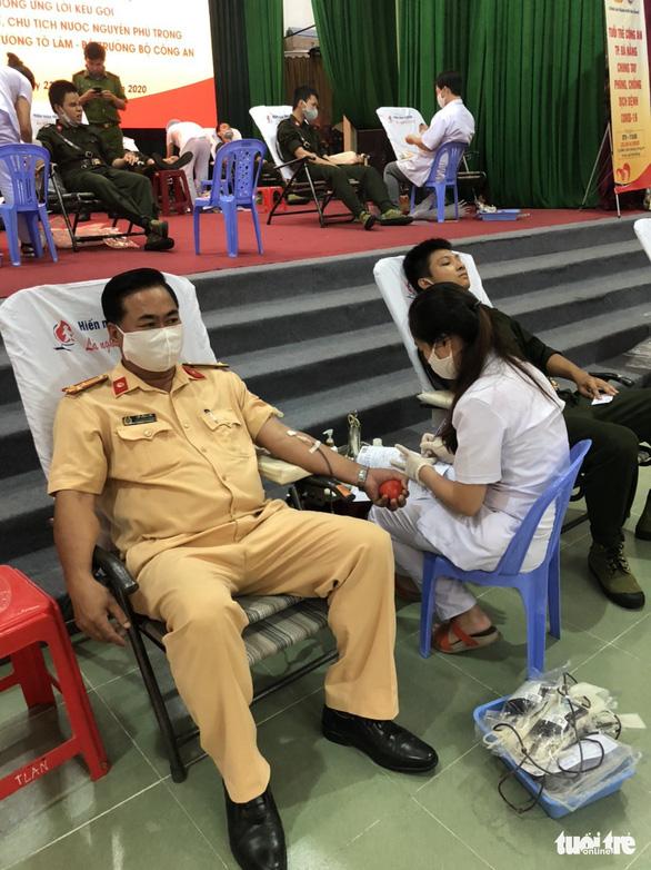 Nghe tin công an tổ chức hiến máu, người dân Đà Nẵng rủ nhau tham gia - Ảnh 8.