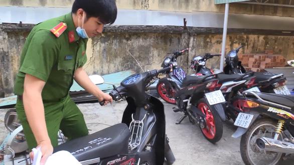 Khởi tố nhóm giả danh công an Bình Dương để cướp xe máy - Ảnh 2.