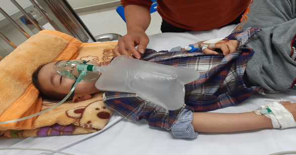 Bé trai 4 tuổi ngộ độc nguy kịch vì nhầm thuốc cai nghiện là sirô dâu - Ảnh 1.