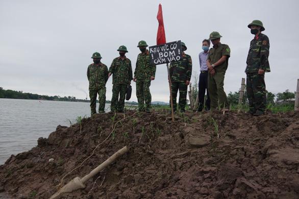 Hoảng hồn đào trúng quả bom còn nguyên ngòi nổ ở bãi sông - Ảnh 1.