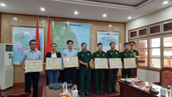Tư lệnh Quân khu 5 tặng bằng khen cho phóng viên Tuổi Trẻ - Ảnh 1.