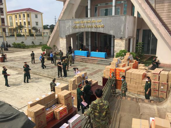 Tư lệnh Quân khu 5 tặng bằng khen cho phóng viên Tuổi Trẻ - Ảnh 3.