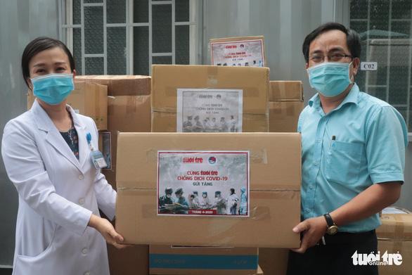 Báo Tuổi Trẻ trao nhiều trang thiết bị y tế cho Bệnh viện quận Thủ Đức - Ảnh 1.