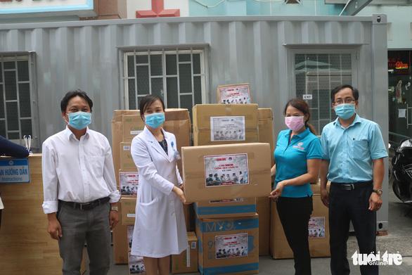 Báo Tuổi Trẻ trao nhiều trang thiết bị y tế cho Bệnh viện quận Thủ Đức - Ảnh 3.