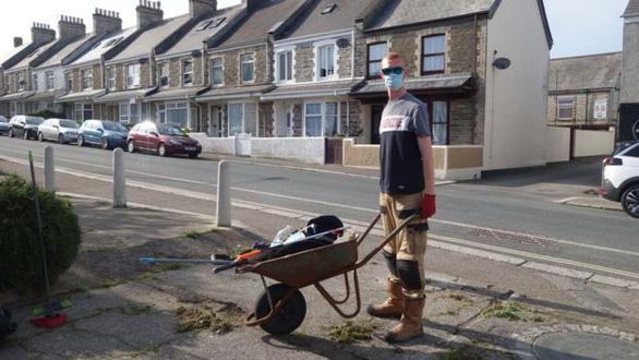 Buồn chán vì ở nhà nghỉ dịch, chàng trai vác cào dọn sạch cỏ cả khu phố - Ảnh 2.