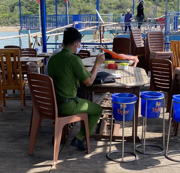 Điều tra vụ côn đồ lái tàu chở hàng đâm trực diện vào nhà hàng bè nổi - Ảnh 2.