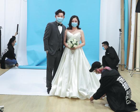 Chờ mãi mới hết phong tỏa, nhiều cặp đôi Vũ Hán đăng ký kết hôn gấp - Ảnh 1.