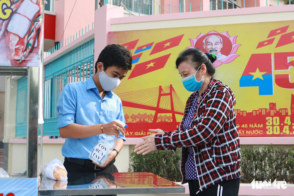 Bạn trẻ phát bánh mì miễn phí mỗi sáng để giúp người nghèo mỗi người một ổ, gian khổ vượt qua - Ảnh 4.