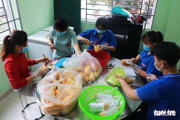 Bạn trẻ phát bánh mì miễn phí mỗi sáng để giúp người nghèo mỗi người một ổ, gian khổ vượt qua - Ảnh 3.