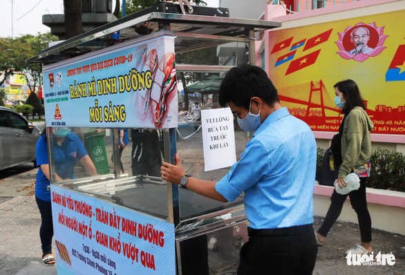 Bạn trẻ phát bánh mì miễn phí mỗi sáng để giúp người nghèo mỗi người một ổ, gian khổ vượt qua - Ảnh 2.