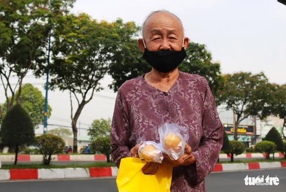 Bạn trẻ phát bánh mì miễn phí mỗi sáng để giúp người nghèo mỗi người một ổ, gian khổ vượt qua - Ảnh 5.