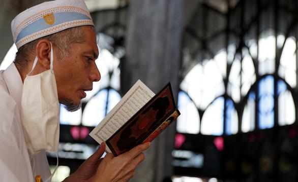 Người Hồi giáo bước vào tháng Ramadan kỳ lạ thời phong tỏa - Ảnh 1.