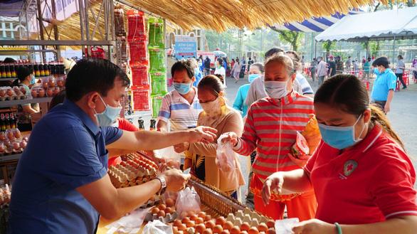 Người dân nhận gạo được 'năn nỉ' nhận thêm rau sạch, trứng, dầu ăn - Ảnh 1.