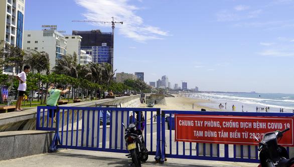 Bất chấp lệnh cấm, du khách vượt bờ kè ào xuống biển Vũng Tàu - Ảnh 6.