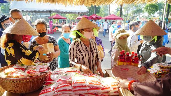 Người dân nhận gạo được 'năn nỉ' nhận thêm rau sạch, trứng, dầu ăn - Ảnh 3.