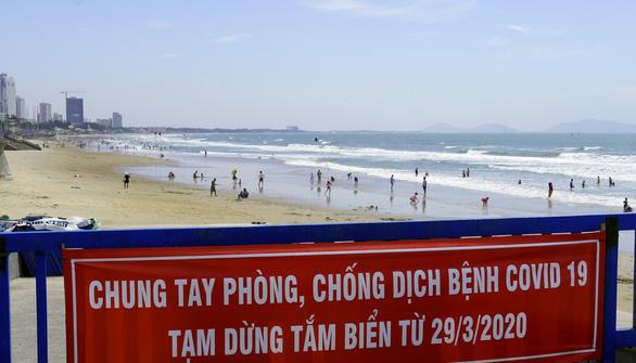 Bất chấp lệnh cấm, du khách vượt bờ kè ào xuống biển Vũng Tàu - Ảnh 2.