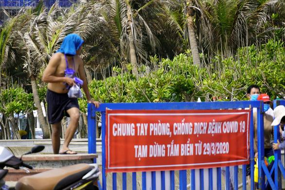 Bất chấp lệnh cấm, du khách vượt bờ kè ào xuống biển Vũng Tàu - Ảnh 1.