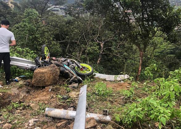 4 người chết khi ôtô đụng xe máy rồi lao xuống vực ở Tam Đảo - Ảnh 2.