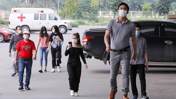 Bệnh nhân số 237 Dương Văn B. (đi đầu tiên) khi rời khu điều trị đến điểm công bố ra viện hôm 7-4. Sau đó ông B. đã có thêm 14 ngày cách ly tại bệnh viện và mới dương tính trở lại - Ảnh: VIỆT DŨNG