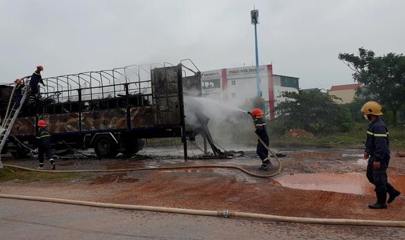 Hàng chục xe máy chở trên xe tải bị thiêu rụi - Ảnh 1.