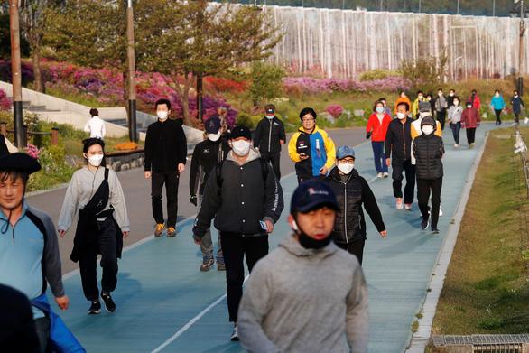Người dân đổ xô đi du lịch, Hàn Quốc lại lo vỡ trận - Ảnh 1.