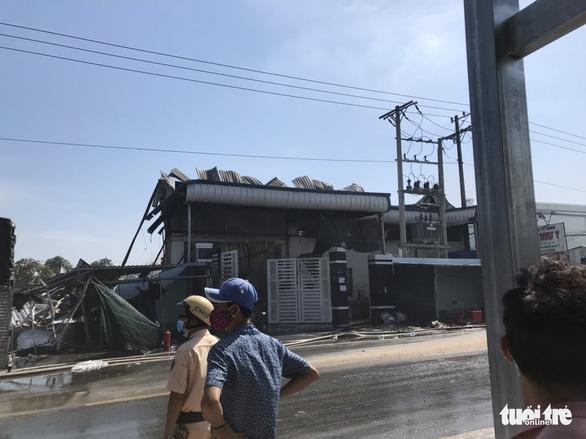Cháy công ty chuyên sản xuất bao bì và may mặc ở Tiền Giang - Ảnh 4.