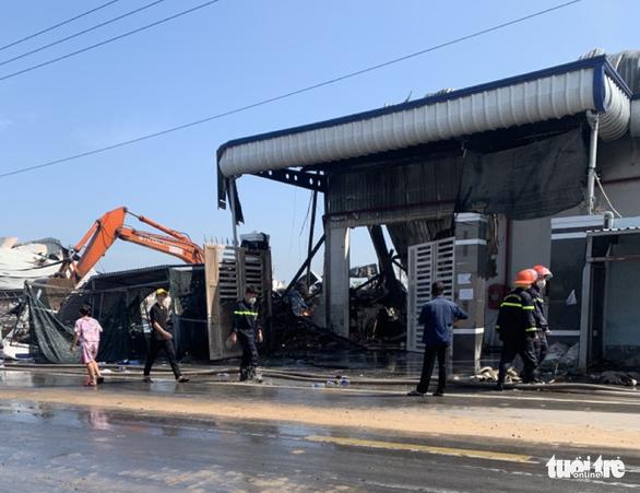 Cháy công ty chuyên sản xuất bao bì và may mặc ở Tiền Giang - Ảnh 5.