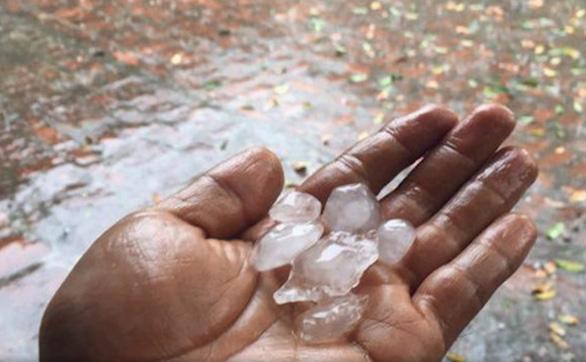 Mưa đá bất thường tại TP.HCM do mùa khô kéo dài - Ảnh 1.
