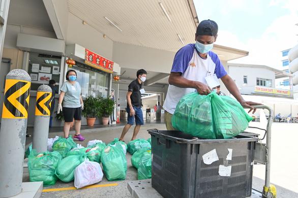 Singapore buộc doanh nghiệp không chèn ép nhân viên trong mùa dịch - Ảnh 2.