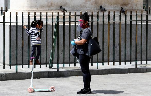 Trẻ con Tây Ban Nha bắt đầu được ra ngoài 'hóng mát' 1 giờ - Ảnh 3.