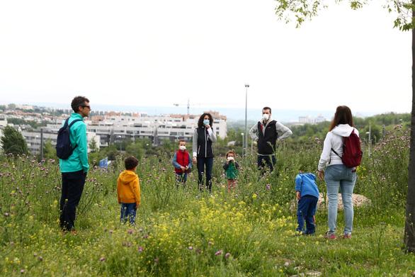 Trẻ con Tây Ban Nha bắt đầu được ra ngoài 'hóng mát' 1 giờ - Ảnh 4.